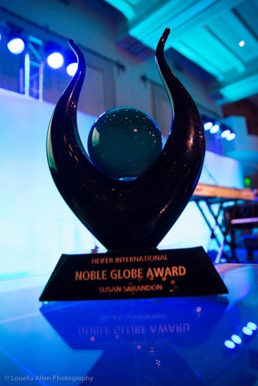 The Noble Globe Award, beautiful and wowe.... It's really heavy. Someday, I'd want to recieve one of these awards.